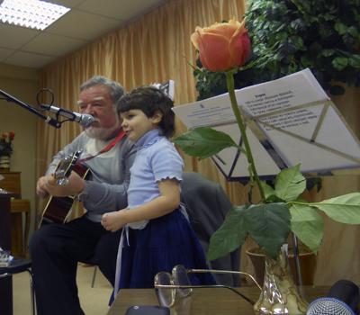Юрий Чичев и внучка Вика поют песню